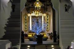 Πλουσιοπάροχα διακοσμημένη αίθουσα του κτηρίου Ασυνήθιστο νέο δέντρο έτους Εορτασμός των Χριστουγέννων στη βουδιστική χώρα στοκ εικόνες