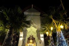 Πλουσιοπάροχα διακοσμημένη είσοδος στο σπίτι Διακοσμήσεις Χριστουγέννων στα δέντρα Εορταστικό ντεκόρ στοκ φωτογραφίες