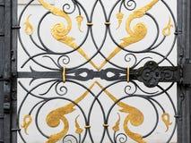 Πλουσιοπάροχα διακοσμημένο μέρος μιας πύλης σιδήρου στοκ εικόνες