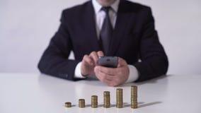 Πλούσιο άτομο που ελέγχει τις ειδήσεις στη συσκευή, οικονομικό εισόδημα από την ανάπτυξη επένδυσης απόθεμα βίντεο