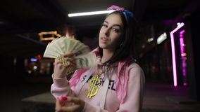 Πλούσιο παιχνίδι κοριτσιών με την πόλη χρημάτων τη νύχτα φιλμ μικρού μήκους