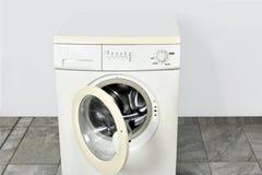 Πλυντήριο με τη ανοιχτή πόρτα Στοκ εικόνες με δικαίωμα ελεύθερης χρήσης