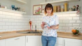 Πλυντήριο πιάτων με την ετικέττα δέκτης ταμπλετών με την ετικέττα απόθεμα βίντεο