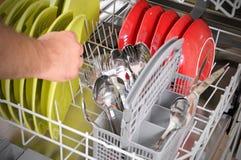 Πλυντήριο πιάτων φόρτωσης στοκ φωτογραφία