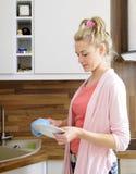 πλυσίματα πιάτων houesewife στοκ εικόνες