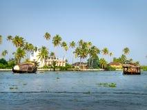 Πλωτά σπίτια στο πίσω νερό, Alleppey, Κεράλα, Ινδία Στοκ Φωτογραφίες