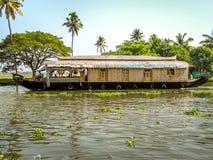 Πλωτό σπίτι στο πίσω νερό, Alleppey, Κεράλα, Ινδία Στοκ Εικόνες
