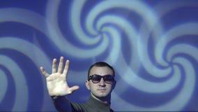 Πλύση εγκεφάλου Hypnotist ο θεατής σε μια βαθιά υποσυνείδητη subliminal έκσταση που χρησιμοποιεί την τακτική ελέγχου μυαλού φιλμ μικρού μήκους