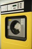 πλύση μηχανών κίτρινη Στοκ φωτογραφία με δικαίωμα ελεύθερης χρήσης