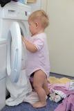 πλύση μηχανών κοριτσιών Στοκ Φωτογραφίες