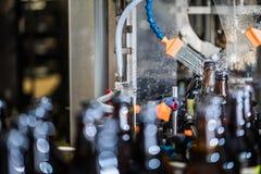 Πλύση μπουκαλιών μετά από να γεμίσει Στοκ εικόνες με δικαίωμα ελεύθερης χρήσης