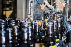 Πλύση μπουκαλιών στο μεταφορέα Στοκ φωτογραφίες με δικαίωμα ελεύθερης χρήσης