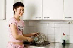 πλύση πιάτων κοριτσιών Στοκ Εικόνες