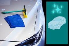 Πλύσιμο αυτοκινήτων εξοπλισμού καθαρισμού με την πετσέτα αυτοκινήτων για τον καθαρισμό Στοκ Φωτογραφία