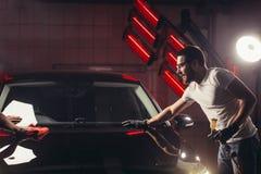 Πλύσιμο αυτοκινήτων και επιχείρηση επιστρώματος με το κεραμικό επίστρωμα Ψεκάζοντας βερνίκι στο αυτοκίνητο Στοκ φωτογραφία με δικαίωμα ελεύθερης χρήσης