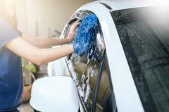 Πλύσιμο αυτοκινήτων, νερό αφρού πλυσίματος αυτοκινήτων, καθαρίζοντας αυτοκίνητο Στοκ φωτογραφία με δικαίωμα ελεύθερης χρήσης