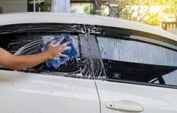 Πλύσιμο αυτοκινήτων, νερό αφρού πλυσίματος αυτοκινήτων, καθαρίζοντας αυτοκίνητο Στοκ εικόνες με δικαίωμα ελεύθερης χρήσης