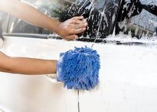 Πλύσιμο αυτοκινήτων, νερό αφρού πλυσίματος αυτοκινήτων, καθαρίζοντας αυτοκίνητο Στοκ Εικόνες