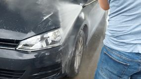 Πλύσιμο αυτοκινήτων που χρησιμοποιεί την υψηλή προβολή ύδατος απόθεμα βίντεο