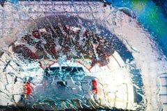 Πλύσιμο αυτοκινήτων - στον κύκλο ξεβγαλμάτων που περνά από ένα σύγχρονο πλύσιμο αυτοκινήτων πίσω από ένα άσπρο φορτηγό Στοκ εικόνα με δικαίωμα ελεύθερης χρήσης