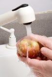 Πλύσιμο ενός μήλου Στοκ Φωτογραφίες