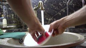 Πλύσιμο ενός πιάτου απόθεμα βίντεο