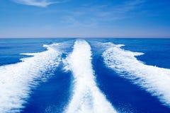 Πλύσιμο στηριγμάτων ιχνών βαρκών στην μπλε ωκεάνια θάλασσα στοκ εικόνα