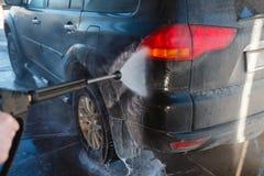 Πλύσιμο χεριών ατόμων βρώμικο SUV από το υψηλό πλύσιμο Αυτοεξυπηρέτηση πλυσίματος αυτοκινήτων Touchless υπαίθρια Ανέπαφο μόνος-se στοκ φωτογραφίες