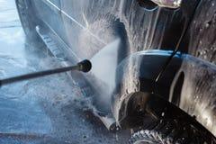 Πλύσιμο χεριών ατόμων βρώμικο SUV από το υψηλό πλύσιμο Αυτοεξυπηρέτηση πλυσίματος αυτοκινήτων Touchless υπαίθρια Ανέπαφο μόνος-se στοκ εικόνα