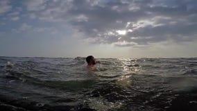 Πνίγοντας άτομο στη θάλασσα απόθεμα βίντεο