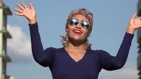 Πνευματική γυναίκα με τα γυαλιά ηλίου απόθεμα βίντεο