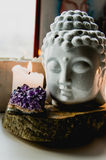 Πνευματικό τελετουργικό πρόσωπο περισυλλογής των κεριών ametist του Βούδα στο παλαιό ξύλινο υπόβαθρο στοκ φωτογραφία με δικαίωμα ελεύθερης χρήσης