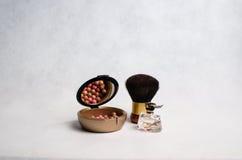 Πνεύματα, ένα κιβώτιο του ρουζ, σκόνη προσώπου Στοκ φωτογραφία με δικαίωμα ελεύθερης χρήσης