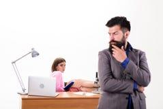 Πνεύμα επιχείρησης Αισθησιακός γραμματέας επιχείρησης που εξετάζει τον προϊστάμενο Προκλητική γυναίκα και γενειοφόρος άνδρας που  στοκ φωτογραφίες με δικαίωμα ελεύθερης χρήσης