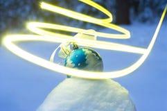 Πνεύμα των διακοπών με τη σφαίρα στο χιόνι στοκ εικόνες