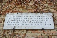 Ποίημα του Giacomo Leopardi σε ένα καρτέλ τοίχων σε Recanati Στοκ Φωτογραφία