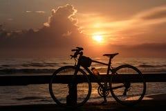 Ποδήλατα και ανατολή Στοκ Εικόνες