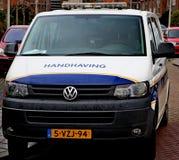 Ποδήλατα και όχημα του τοπικού enforcment δήμων Zuidplas, οι Κάτω Χώρες στοκ εικόνα με δικαίωμα ελεύθερης χρήσης