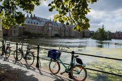 Ποδήλατα μπροστά από το κτήριο των Κοινοβουλίων στοκ φωτογραφία