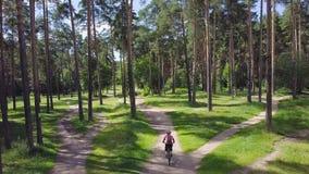 Ποδήλατα που ανακυκλώνουν στο πάρκο συνδετήρας Άτομο που φορά το κράνος και το σακίδιο πλάτης Τοπ άποψη του ποδηλάτη που οδηγά στ Στοκ Εικόνα