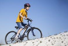 Ποδήλατο βουνών Αθλητισμός και υγιής ζωή ακραίος αθλητισμός BIC βουνών Στοκ φωτογραφίες με δικαίωμα ελεύθερης χρήσης