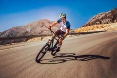 Ποδήλατο βουνών γύρου ατόμων στο δρόμο στοκ εικόνες