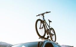 Ποδήλατο βουνών που καθορίζεται με τοποθετημένους τους στέγη μεταφορείς ποδηλάτων εγκατεστημένους στοκ φωτογραφίες με δικαίωμα ελεύθερης χρήσης