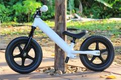 Ποδήλατο ισορροπίας στο πάρκο στοκ εικόνες