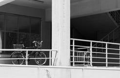 Ποδήλατο κοντά στο κλιμακοστάσιο στοκ εικόνες με δικαίωμα ελεύθερης χρήσης