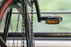 Ποδήλατο λεπτομέρειας σε ένα κινούμενο τραίνο Στοκ φωτογραφίες με δικαίωμα ελεύθερης χρήσης