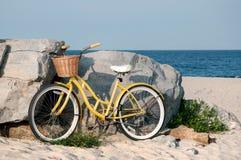 Ποδήλατο με το καλάθι στην παραλία Στοκ εικόνες με δικαίωμα ελεύθερης χρήσης