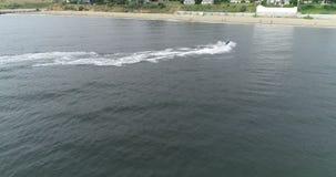 Ποδήλατο νερού κατά μήκος της παραλίας απόθεμα βίντεο