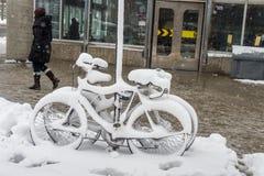 Ποδήλατο που καλύπτεται με το φρέσκο χιόνι Στοκ Εικόνες