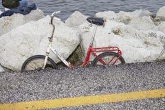Ποδήλατο που σταθμεύουν κοντά στη θάλασσα στοκ φωτογραφίες με δικαίωμα ελεύθερης χρήσης